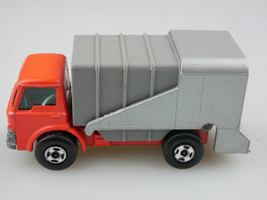 07-A Ford Refuse Truck - 56025
