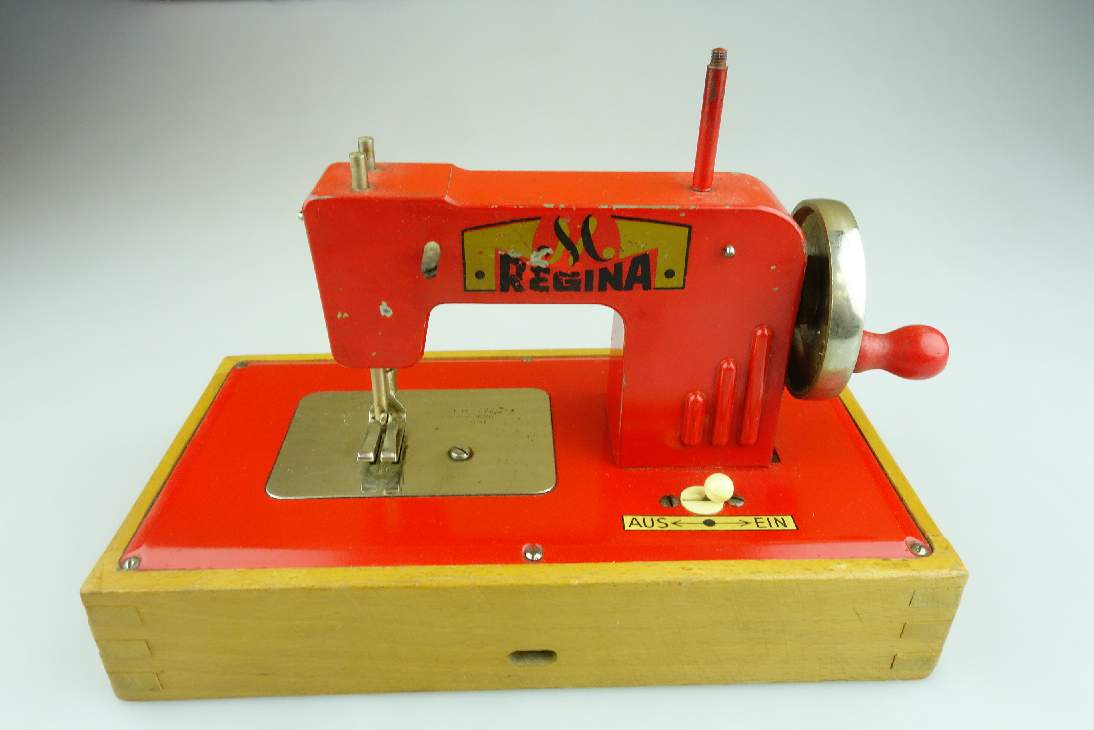 Regina Kinder Nähmaschine Made in US Zone Berlin Germany tin toy vintage 106556