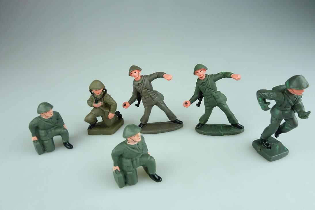 6x  DDR NVA Gummi Soldat teils auf Sockel PGH Effelder 106668