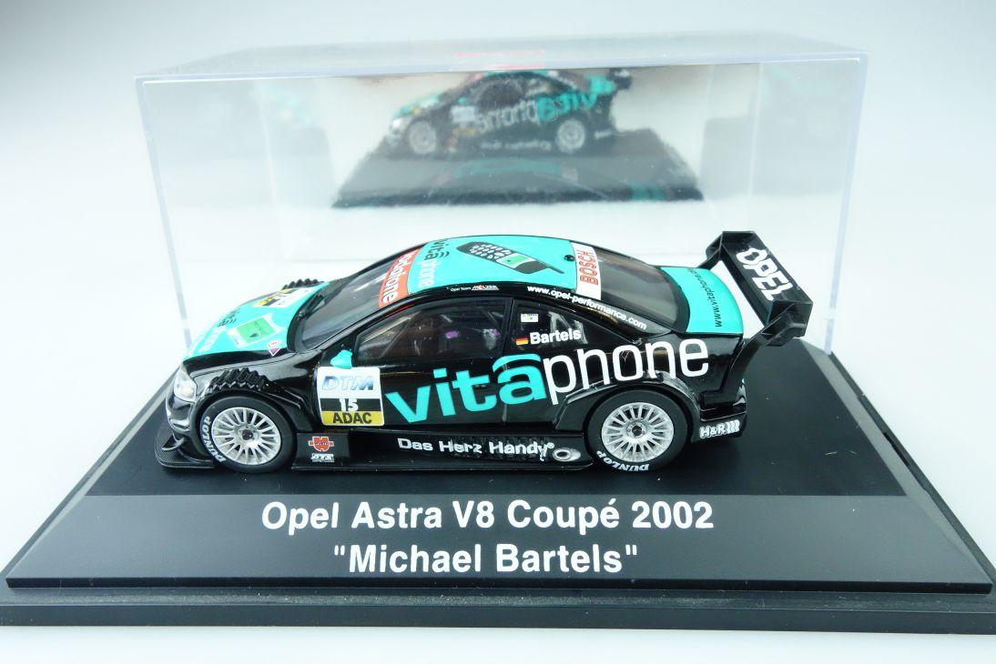 Schuco 1:43 Opel Astra V8 Coupé 2002 Michael Bartels + Vitrine 107509