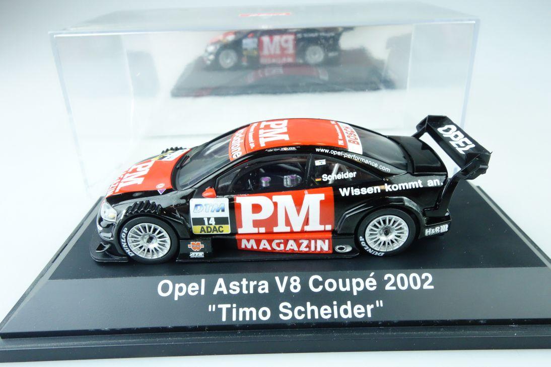 Schuco 1:43 Opel Astra V8 Coupé 2002 Timo Schneider + Vitrine 107510