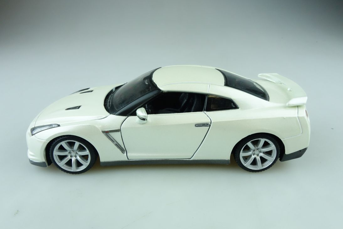 Maisto 1/24 Nissan GTR Coupe 2009 perlmuttmetallic ohne Box 510660
