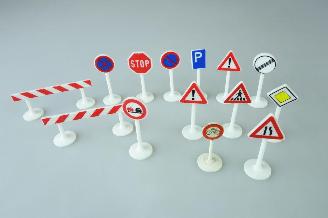 Siku 11x Verkehrsschilder Signs Schilder 2x Baustelle Absperr Baken 107653