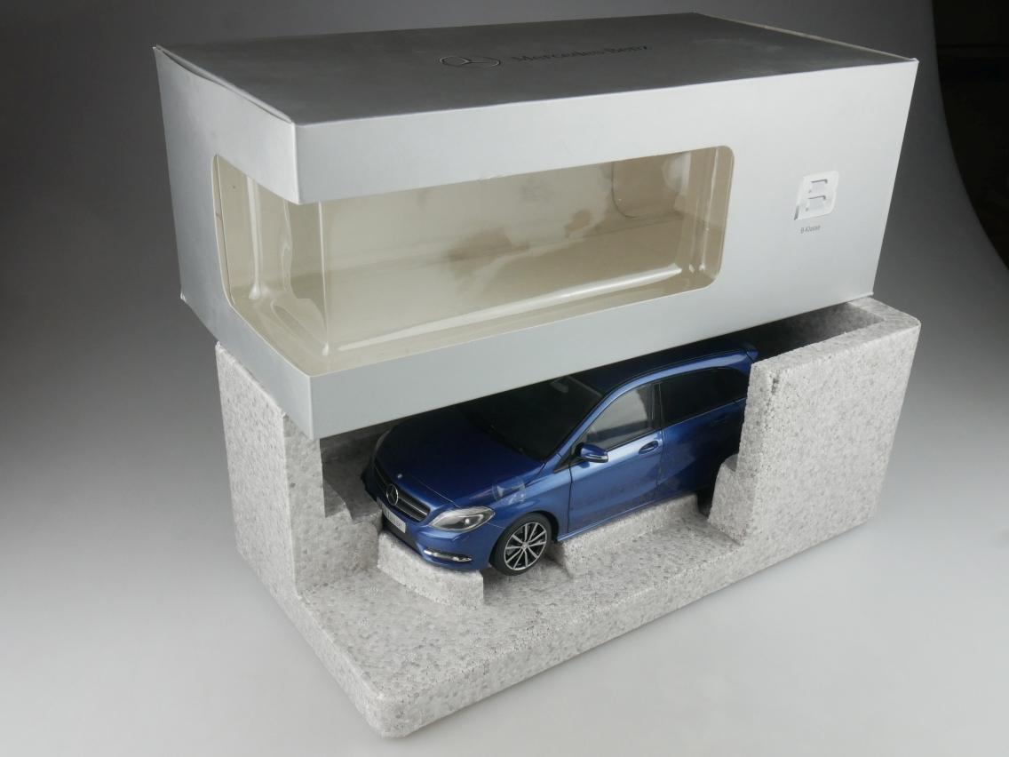 Norev 1/18 Mercedes Benz W246 B-Class lotusblau Modellauto + Box - 114181